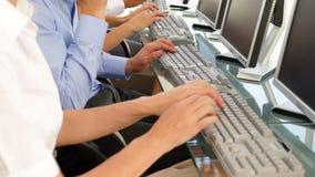 Бизнесмены печатать акции видеоматериалы