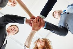 Бизнесмены поднимая дух команды Стоковое фото RF