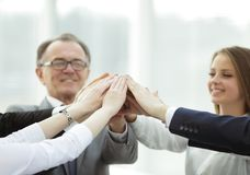 Бизнесмены поднимая их оружия во время встречи в офисе Стоковая Фотография RF