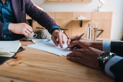 Бизнесмены подписывая контракт на встрече Стоковые Фотографии RF