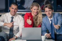 бизнесмены показывая большие пальцы руки вверх стоковое фото rf
