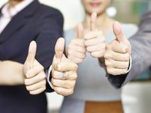 Бизнесмены показывая знаки большого пальца руки-вверх Стоковые Изображения RF