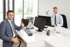 Бизнесмены показывая одобренный знак с его большим пальцем руки вверх Стоковая Фотография