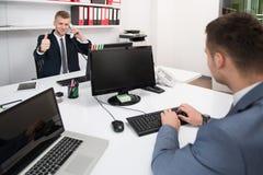 Бизнесмены показывая одобренный знак с его большим пальцем руки вверх Стоковое Изображение RF