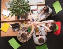 Бизнесмены показывая сыгранность в офисе Стоковая Фотография