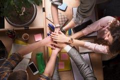 Бизнесмены показывая сыгранность в офисе Стоковые Фото