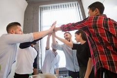 Бизнесмены показывая сыгранность в офисе Стоковые Фотографии RF