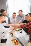 Бизнесмены показывая сыгранность в офисе Стоковая Фотография RF