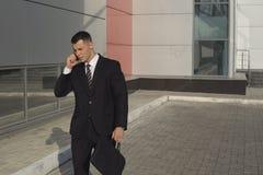 Бизнесмены пока работающ около офисного здания Стоковые Фотографии RF