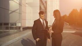 Бизнесмены пока работающ около офисного здания Стоковая Фотография RF