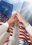 Бизнесмены поднимая руки вверх на День независимости Стоковые Изображения RF