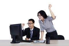 2 бизнесмены поднимая руки Стоковая Фотография RF