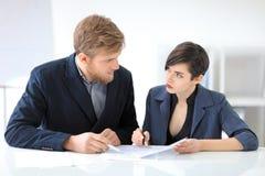 Бизнесмены подписывая контракт Стоковое Изображение