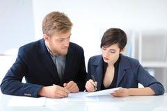 Бизнесмены подписывая контракт Стоковые Фото