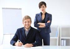 Бизнесмены подписывая контракт Стоковые Изображения