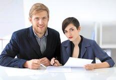 Бизнесмены подписывая контракт Стоковая Фотография RF