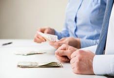 Бизнесмены подсчитывая банкноты Стоковое фото RF
