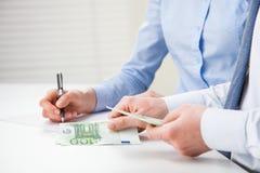 Бизнесмены подсчитывая банкноты Стоковое Изображение