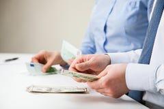 Бизнесмены подсчитывая банкноты Стоковая Фотография RF