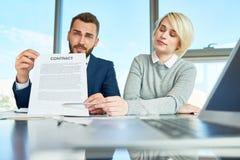 Бизнесмены представляя контракт Стоковое Изображение