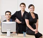бизнесмены представляя усмехаться совместно Стоковое фото RF