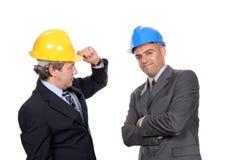 бизнесмены представляя 2 детенышей Стоковые Изображения RF