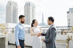 Бизнесмены приветствуя один другого на встрече стоковые изображения rf
