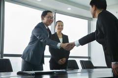 Бизнесмены приветствуя один другого с рукопожатием Стоковое Изображение