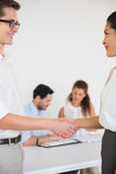 Бизнесмены приветствуя один другого Стоковое Изображение