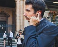 Бизнесмены принимают участие немедленно толпа в милане, Италии Стоковое Изображение