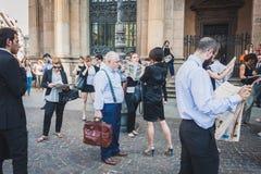 Бизнесмены принимают участие немедленно толпа в милане, Италии Стоковые Изображения