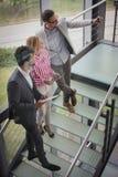 Бизнесмены принимая само-изображение на лестницах Дело Peop Стоковая Фотография RF