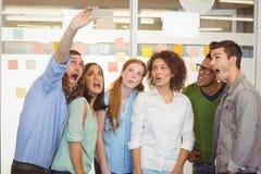 Бизнесмены принимая selfie Стоковые Фото