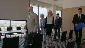 Бизнесмены приходя к конференц-залу сток-видео