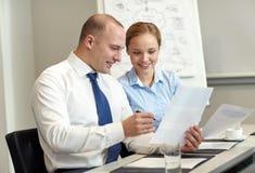 Бизнесмены при бумаги встречая в офисе Стоковые Изображения RF