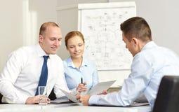 Бизнесмены при бумаги встречая в офисе Стоковая Фотография