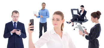 Бизнесмены при мобильные телефоны и компьютеры изолированные на whi