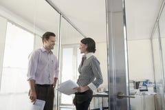 Бизнесмены при обработка документов принимая в офис Стоковое Фото