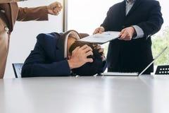 Бизнесмены проблемы конфликта работая в команде поворачивают в figh Стоковое Изображение
