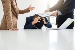 Бизнесмены проблемы конфликта работая в команде поворачивают в figh Стоковые Фото
