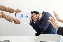 Бизнесмены проблемы конфликта работая в команде поворачивают в figh Стоковые Изображения