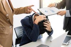 Бизнесмены проблемы конфликта работая в команде поворачивают в figh Стоковое фото RF