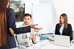 Бизнесмены проблемы конфликта работая в команде совместно Стоковое Изображение