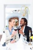 Бизнесмены провозглашать на деле с вином Стоковые Фото