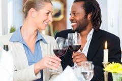 Бизнесмены провозглашать на деле с вином Стоковое Фото