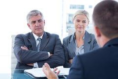 Бизнесмены проводя интервью стоковая фотография rf