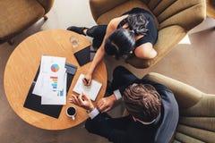 2 бизнесмены планируя работу вокруг таблицы Стоковая Фотография