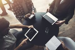 Бизнесмены работают вместе с ноутбуком и планшетом Концепция сыгранности и запуска стоковое фото rf