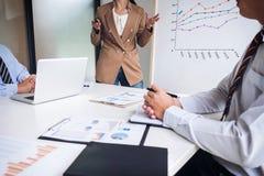 Бизнесмены работают в офисе, представлении перед Стоковое Изображение RF