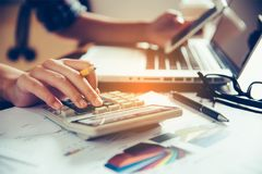 Бизнесмены работают на калькуляторе и smartphone в busi Стоковые Изображения